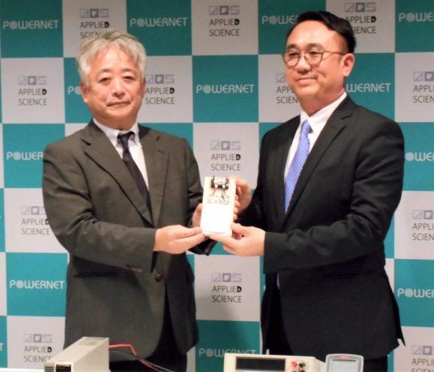 新規開発LIBを手にする鵜澤社長(左)とリャン社長