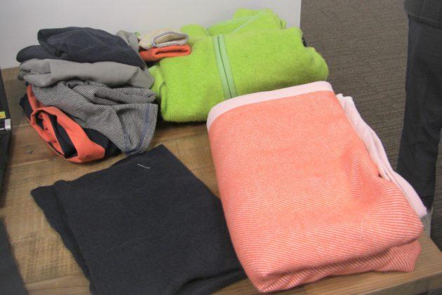 「コーネックス」再生材を使用したピンクの毛布(手前右)