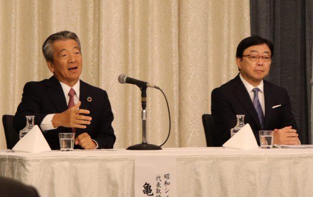 会見を行う亀岡昭和シェル社長(左)と木藤出光社長