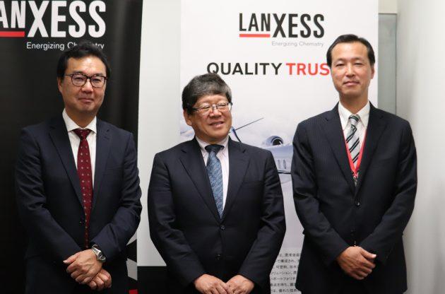 (左から)説明を行った大久保ディレクター、辻󠄀社長、小原理プラスチック添加剤セールス・ディレクター