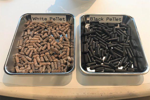 ブラックペレット(右)とホワイトペレット