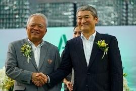 カラバオ社サティアンセータシット会長(左)、市川秀夫昭和電工会長