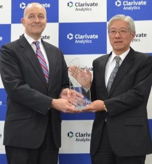 クラリベイト・アナリティクス・ジャパンTimothy Neely代表取締役(左)と三菱ケミカル垣本常務執行役員
