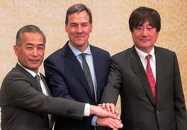 J小柴社長(左)、E・ジョンソン新CEO、川橋新COO