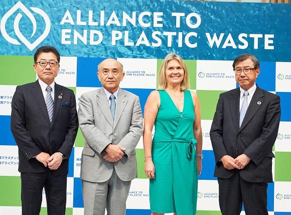 フォーラムに出席した(左から)岩田圭一住友化学社長、越智仁三菱ケミカルHD社長、ヴァージニー・ヘリアスP&G副社長、淡輪敏三井化学社長
