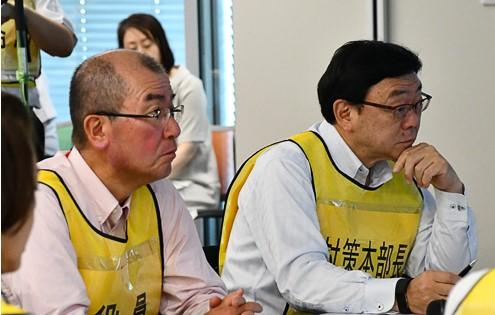 対策本部で指揮を執る木藤社長と岡田副社長