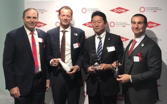 授賞式で盾を受け取るDNPテクノパックの鈴木康仁社長(右から2人目)