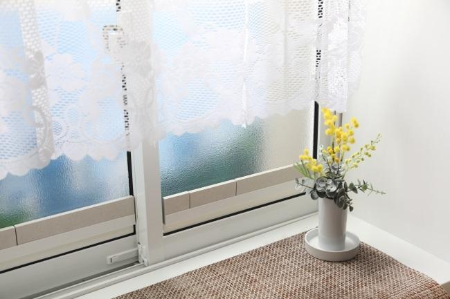 窓のサッシに珪藻土タイルを置くだけ