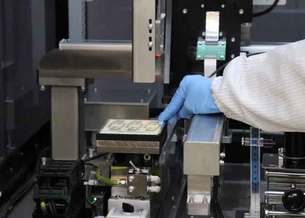 エプソン製R&D用インクジェット装置で印刷したフィルム基板。エレファンテック本社にて