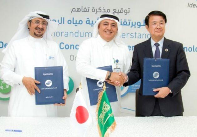 調印式で(左から)AJMC のサイードCEO、SWCC のアルハズミ総裁、東洋紡の楢原社長