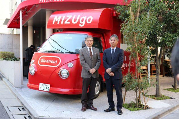 キッチンカー『MIZUgo』をバックに、池田執行役員(右)と気象予報士の森田氏。MIZUcafe入り口にて。