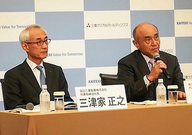 会見でTOBの目的を説明する三菱ケミカルHDの越智社長(右)と田辺三菱製薬の三津家社長