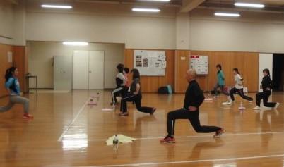 フィットネス教室で体を動かす参加者