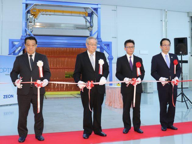 テープカットを行う(写真右から)渕上市長、中村県副知事、古河会長、赤谷オプテス社長