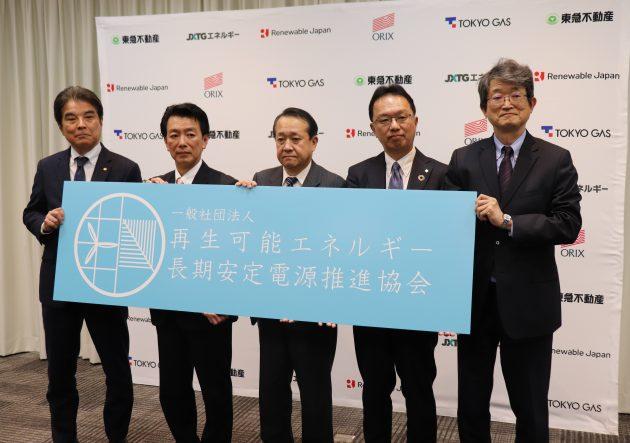 フォトセッションに臨む(左から)岡田副会長理事、眞邉代表理事、桑原副会長理事、穴水理事、錦織理事