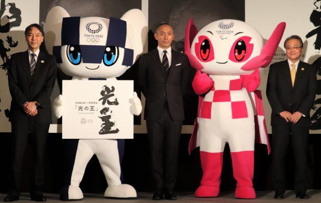 (マスコットを挟んで右から)中原常務執行役員、市川さん、TOKYO2020組織委員会の古宮正章副事務総長