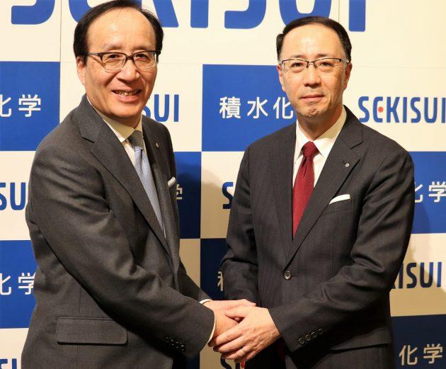 髙下社長(左)から加藤次期社長の新体制へと引き継がれる