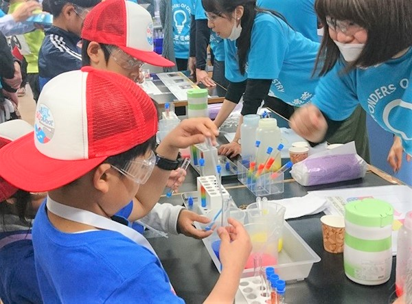 「ふしぎ探検隊」による化学実験を楽しむ子供たち