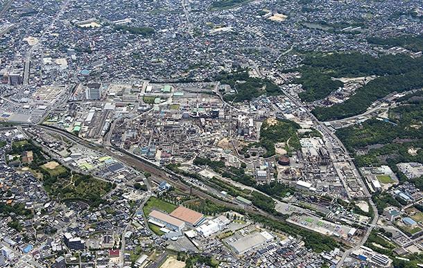 大牟田工場のプラント全景(写真中央)