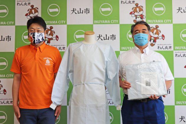 山田拓郎犬山市長(左)と、東洋紡の神田弘治犬山工場長。贈呈式にて