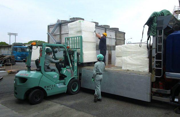 岩国大竹工場での支援物資積み込み作業
