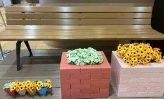 リサイクルされたバナーから再生されたベンチ、植木鉢など