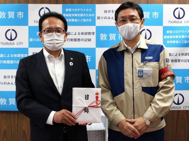 渕上隆信敦賀市長(左)と東洋紡の吉川徹敦賀事業所長。贈呈式にて