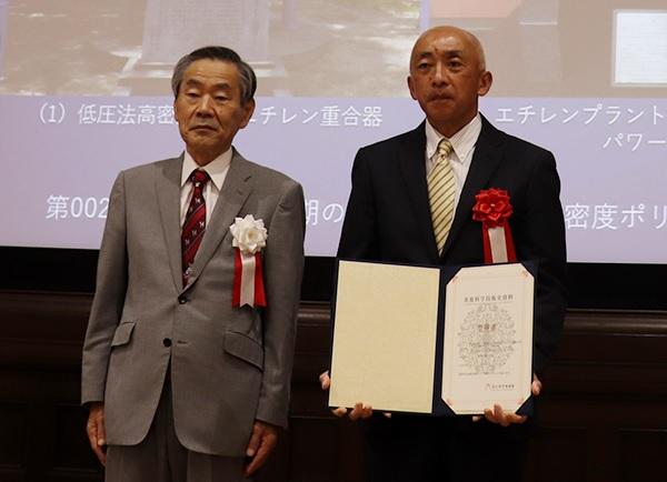 国立科学博物の林良博館長(左)と三井化学岩国大竹工場の高橋眞一人事GL