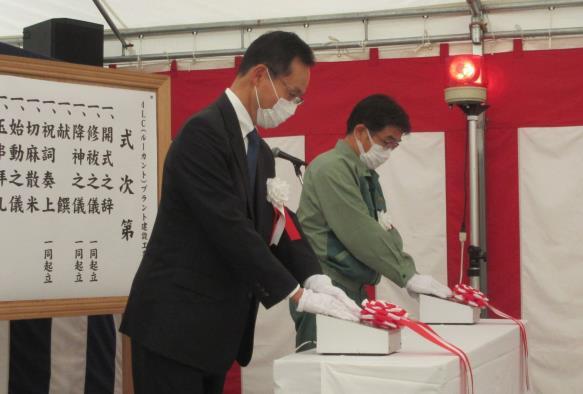 竣工式にて。佐藤常務執行役員・モビリティ事業本部長(手前)と細見市原工場長