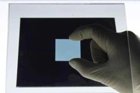 バックライト上の直交2枚の偏光板間に『ナノアブル・ウェイブプレート』を設置。同製品が偏光に変化を与える(位相差を生じさせる)ことで光が透過する
