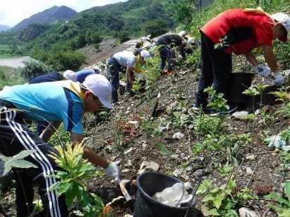 栃木県足尾町での植樹の様子(写真提供:国土緑化推進機構)