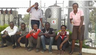 ケニア住民の間で浄化された水は喜ばれている