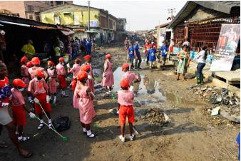ナイジェリア オリル・イガンミュ地区での学校・地域一体となった清掃活