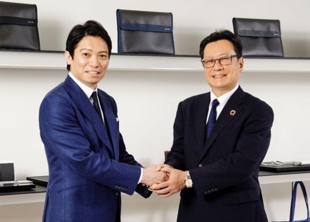 HK1896の春日社長(左)と三井化学の柴田研究開発本部長