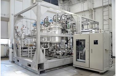 実用化に向けて開発が進められている「iFactory」のモジュール(左)と自動分析装置(右)