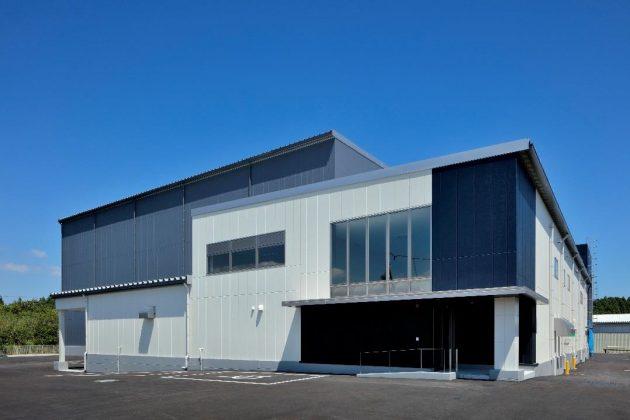 人工光型自動化植物工場「テクノファーム成田」の外観。千葉県芝山町